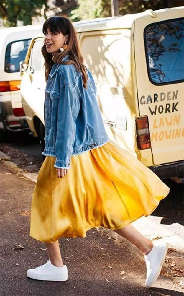 9bdcc82580d The mix of denim jacket + yellow dress + flat white shoes seems photogenic  and stylish. ▽